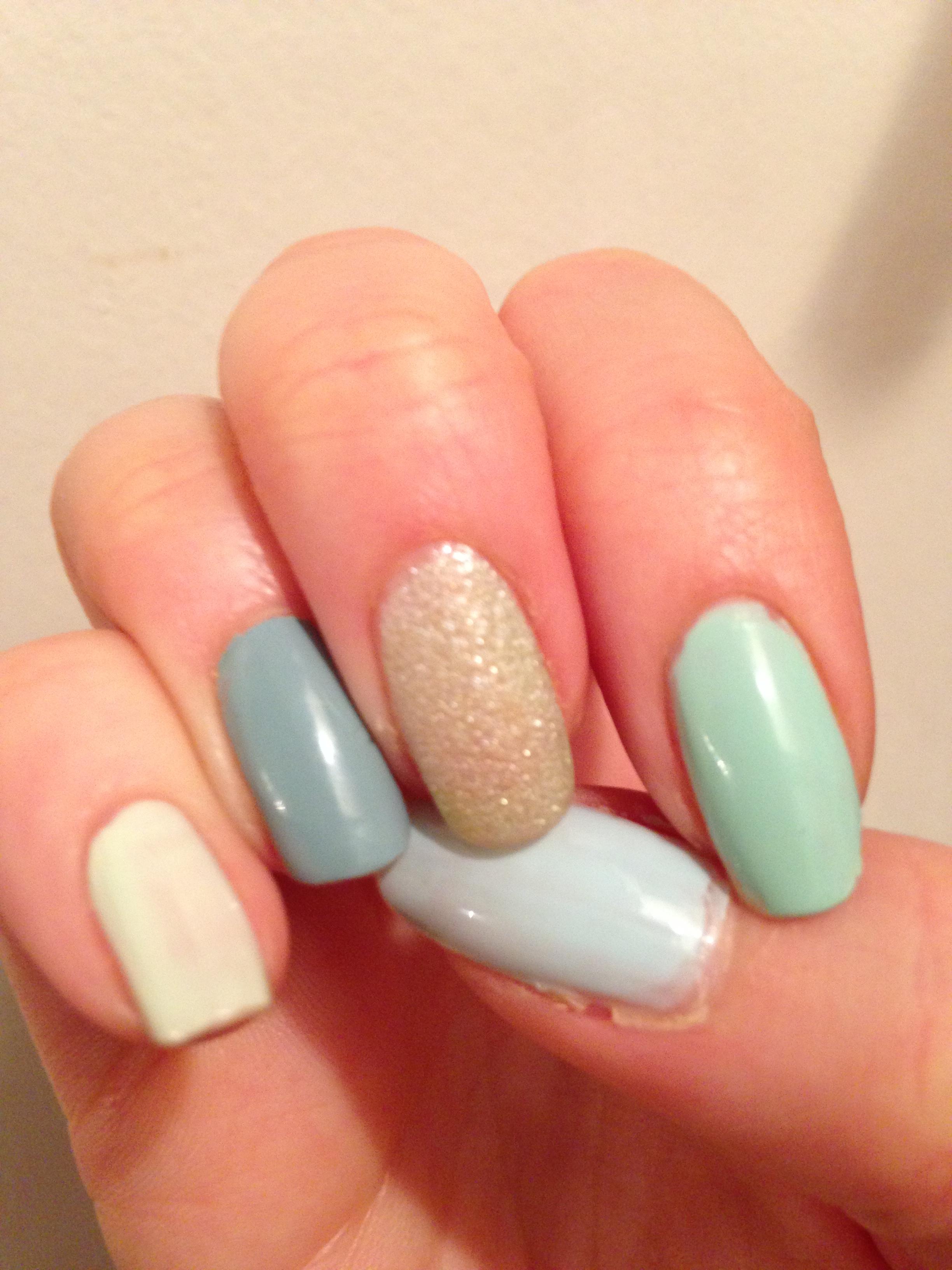 Ljusblå och ljusgröna nagellack