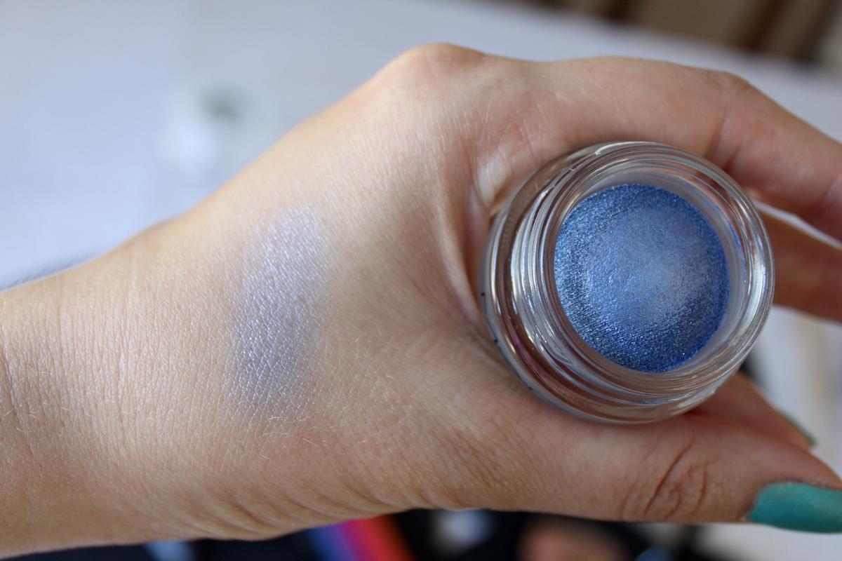 Färgglad sommarmakeup MAC Soft Serve Eye Shadow Big Bad Blue elinfagerberg.se