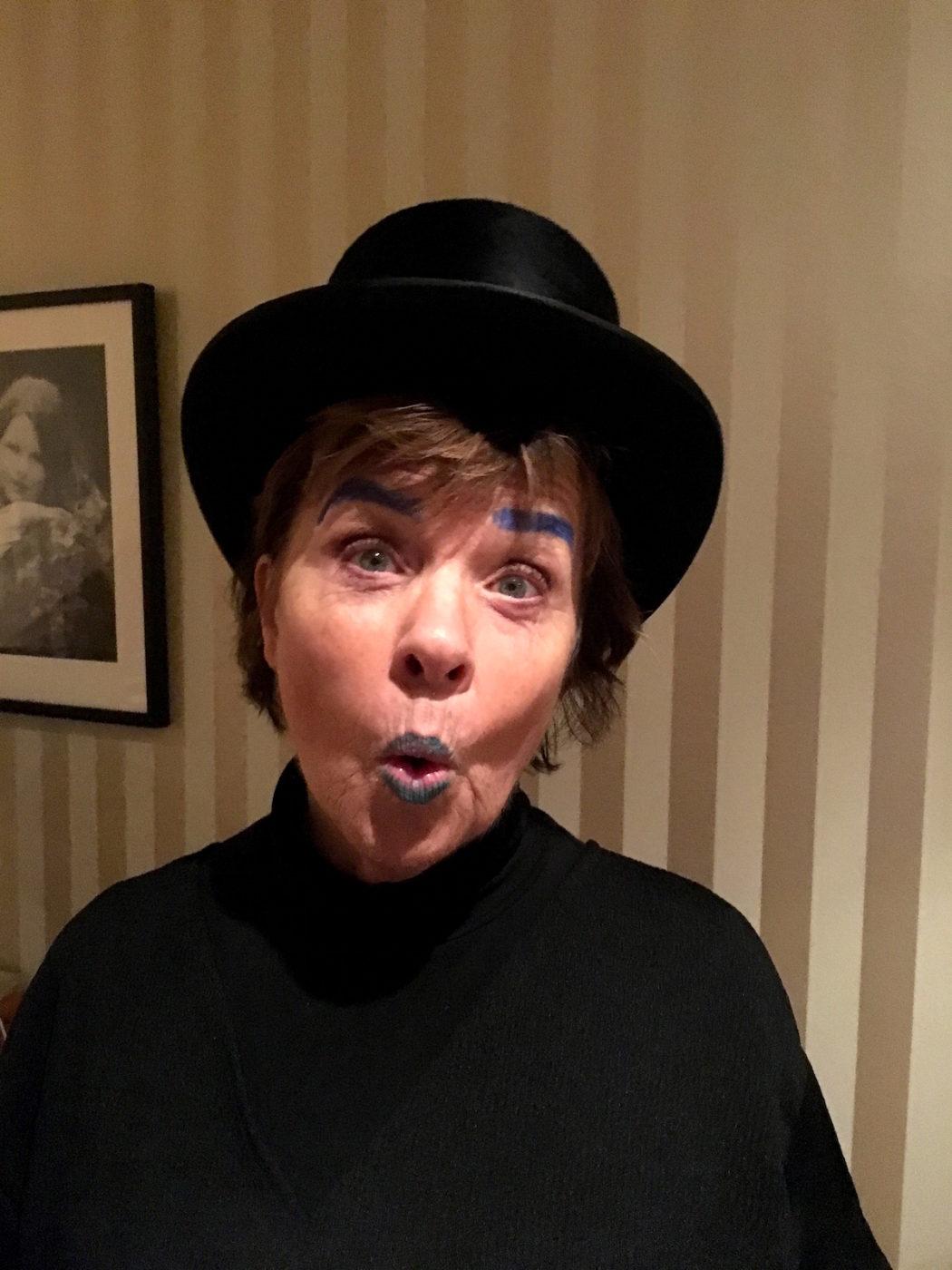 min mamma i blå ögonbryn och hatt