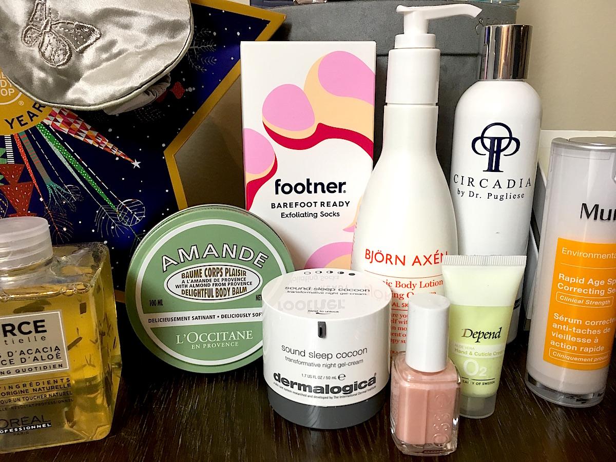 Bild på skönhetsprodukter som tips på julklappar till livsnjutaren.