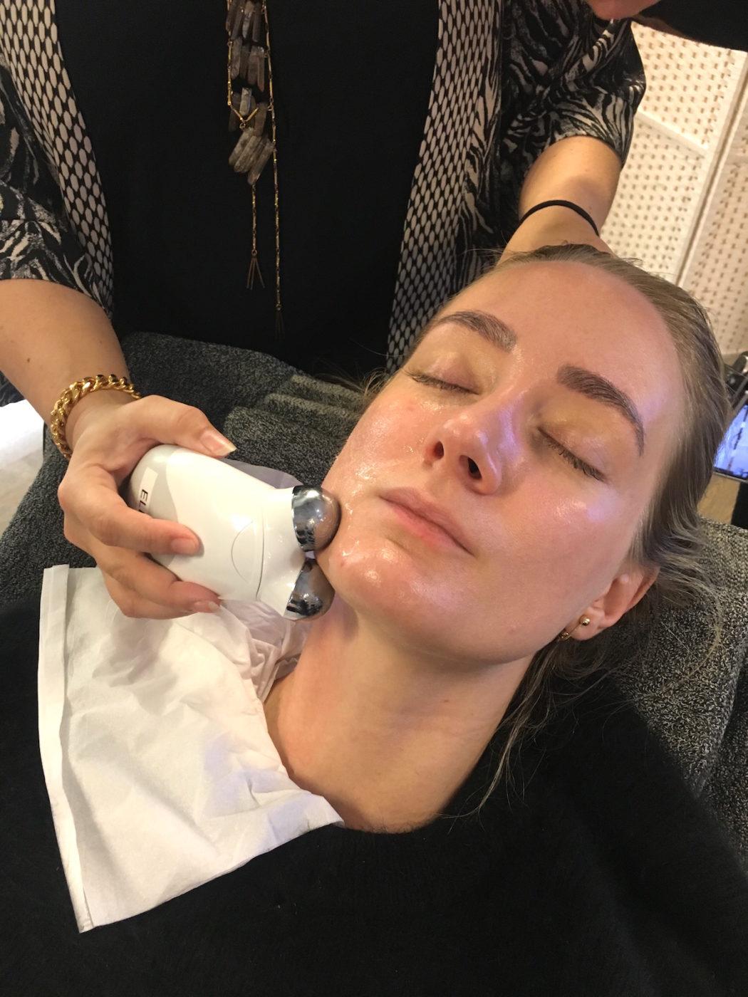 Min kollega Lisen testar en behandling med NuFACE