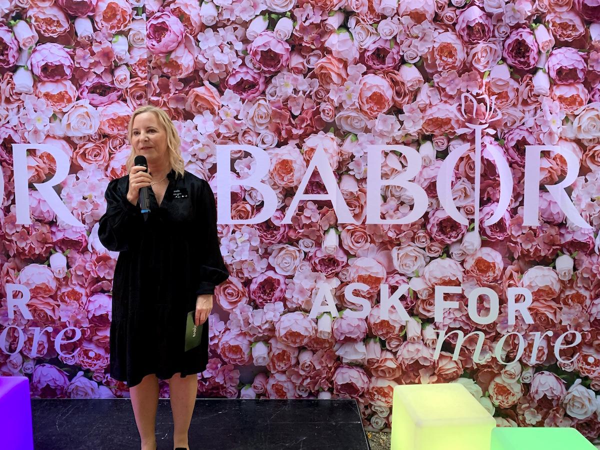 Ewa Goos från Babor håller tal.