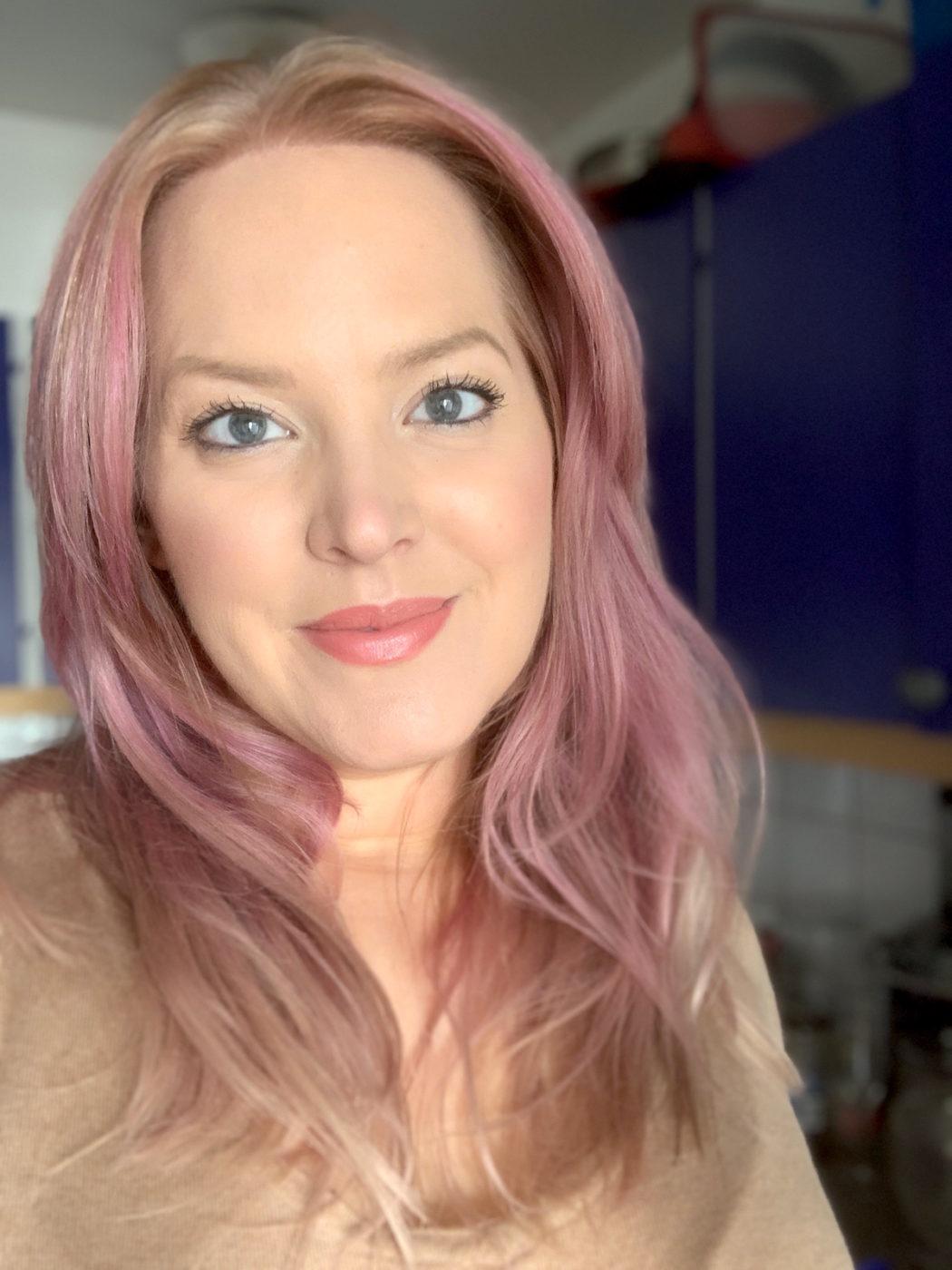 Jag trivs i mitt nya lila hår. Bild framifrån.