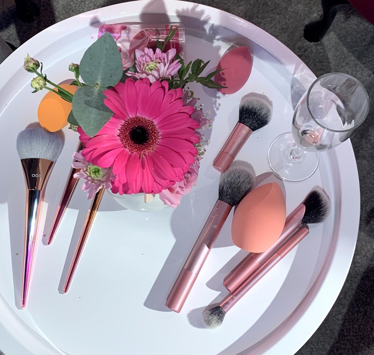 Nya penslar från Real Techniques kombinerat med vackra blommor.