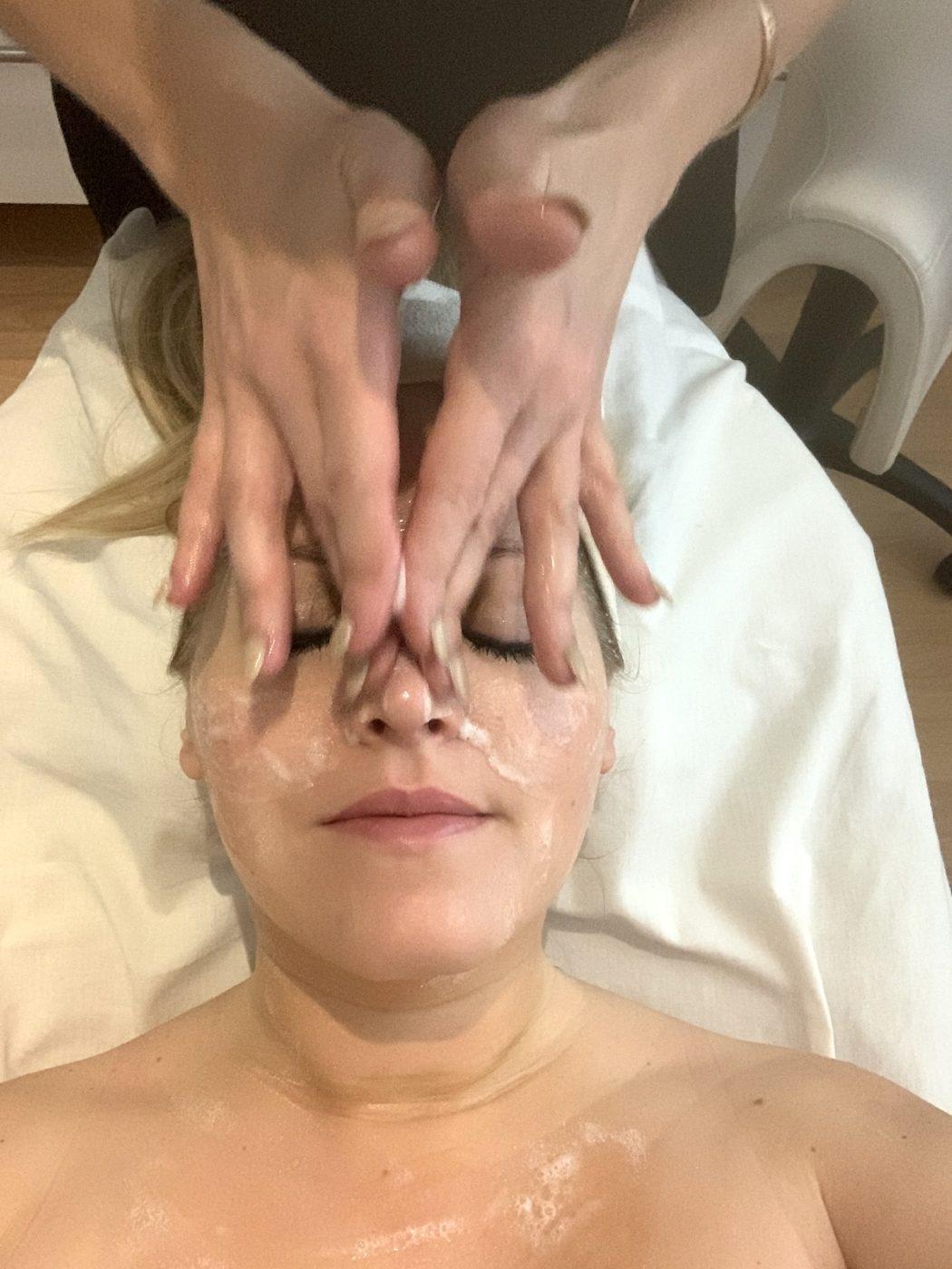 massage under ansiktsbehandlingen. 3D Collagen chock innehåller väldigt mycket massage i olika moment.