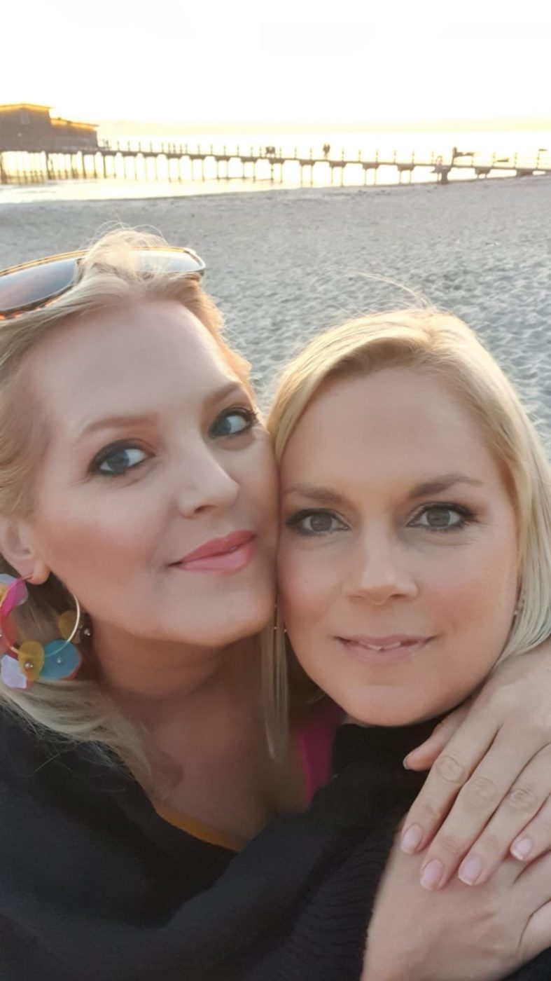 Elin och Cissi på stranden