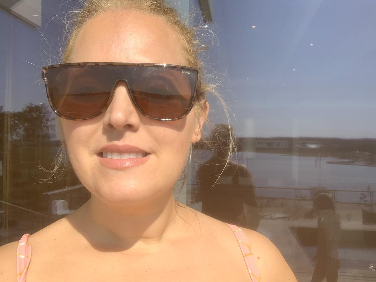 Elin Fagerberg i solen på spaavdelningens terass