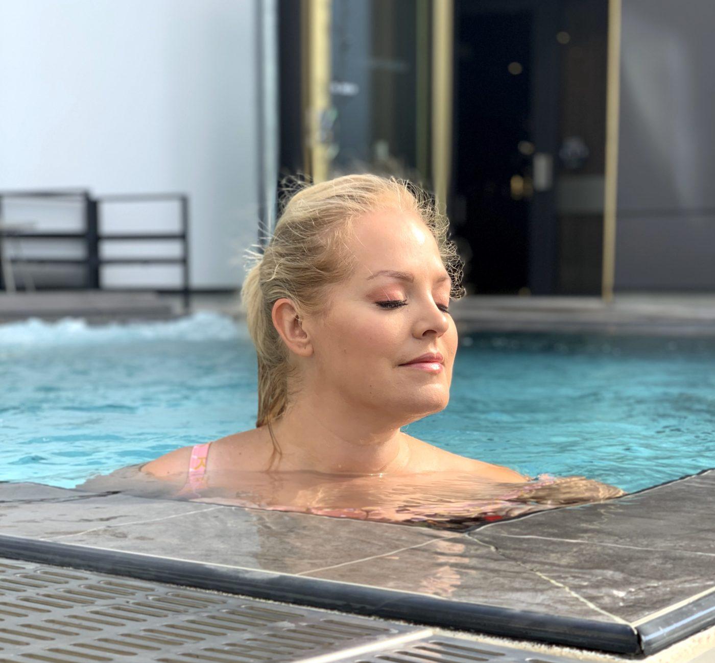 Elin njuter i utomhuspoolen på spa i Linköping
