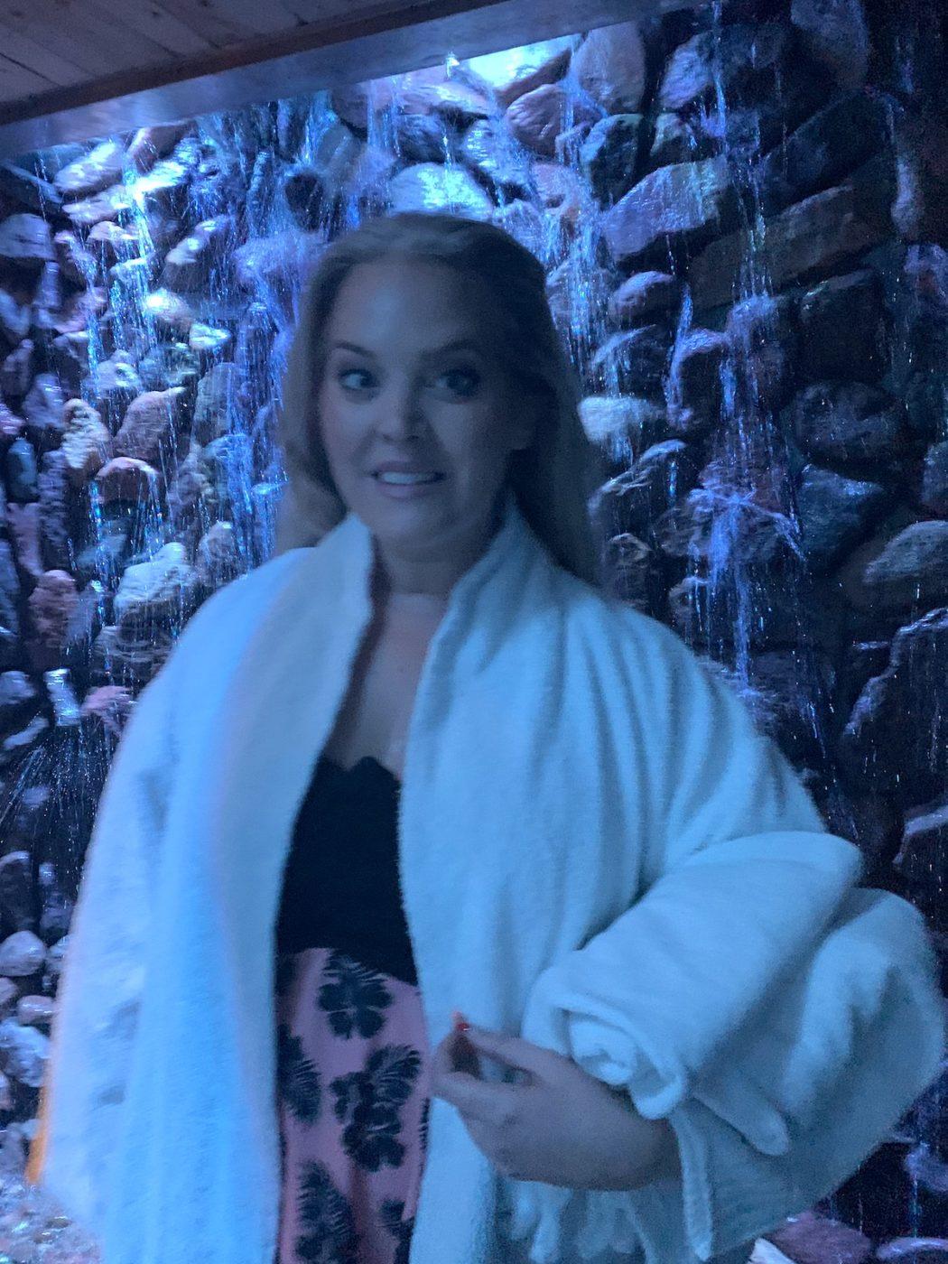 Elin Fagerberg framför vattenfallet i Aurora spa