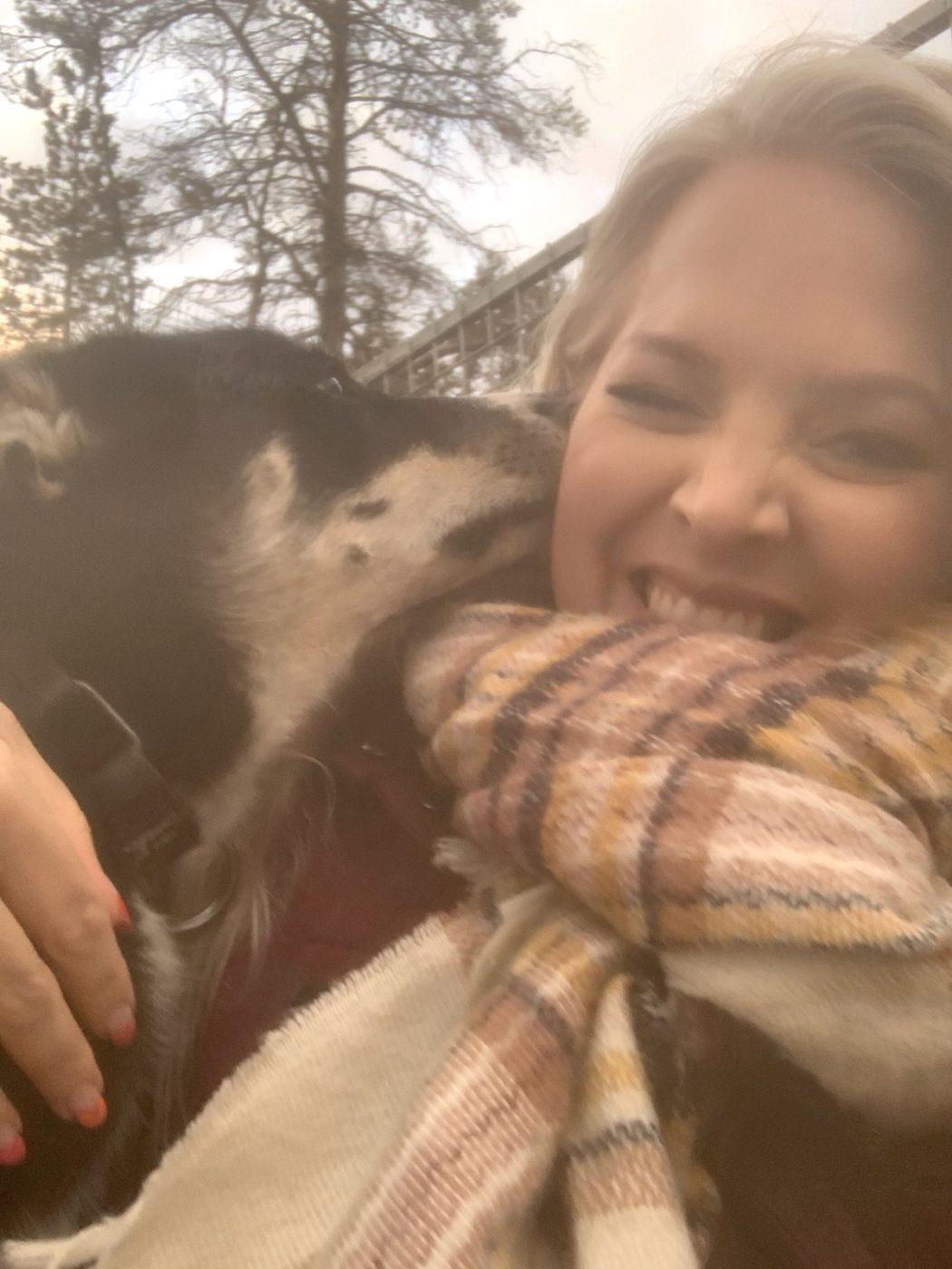 Elin får pussar av en husky