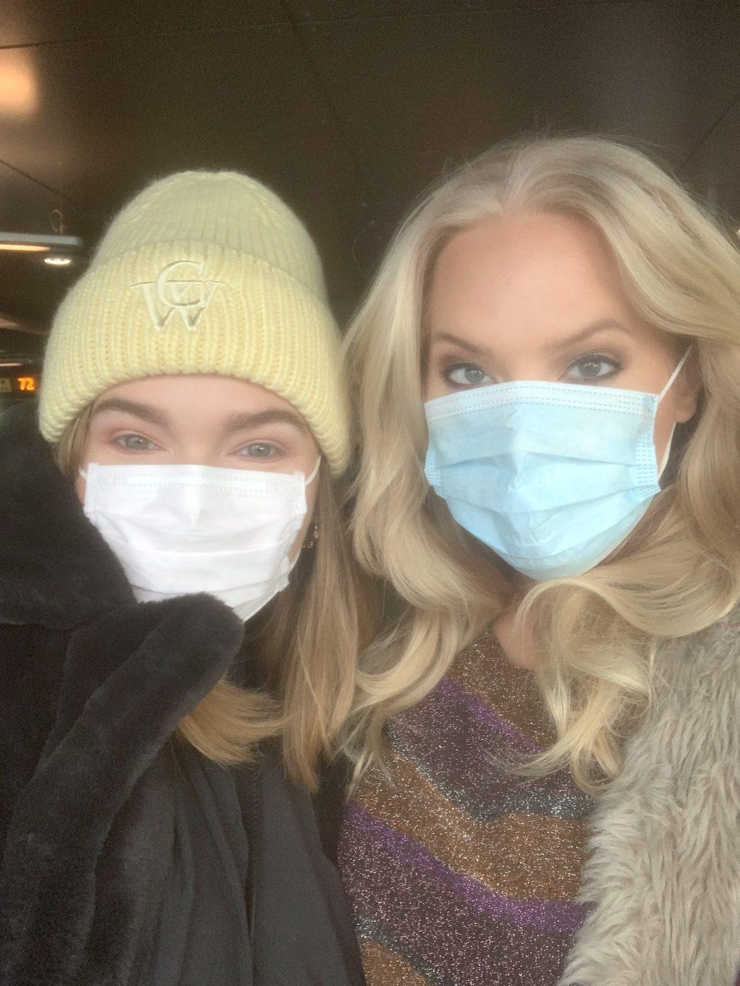 Felicia och jag på flygplatsen mot kiruna i munskydd