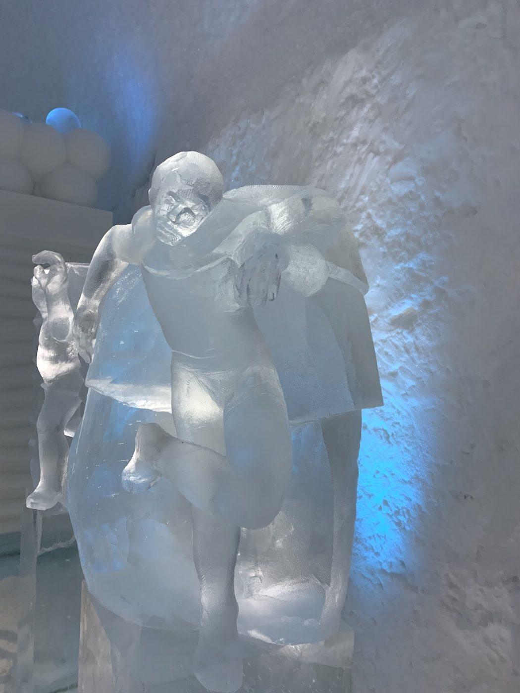 Skulpturer i is