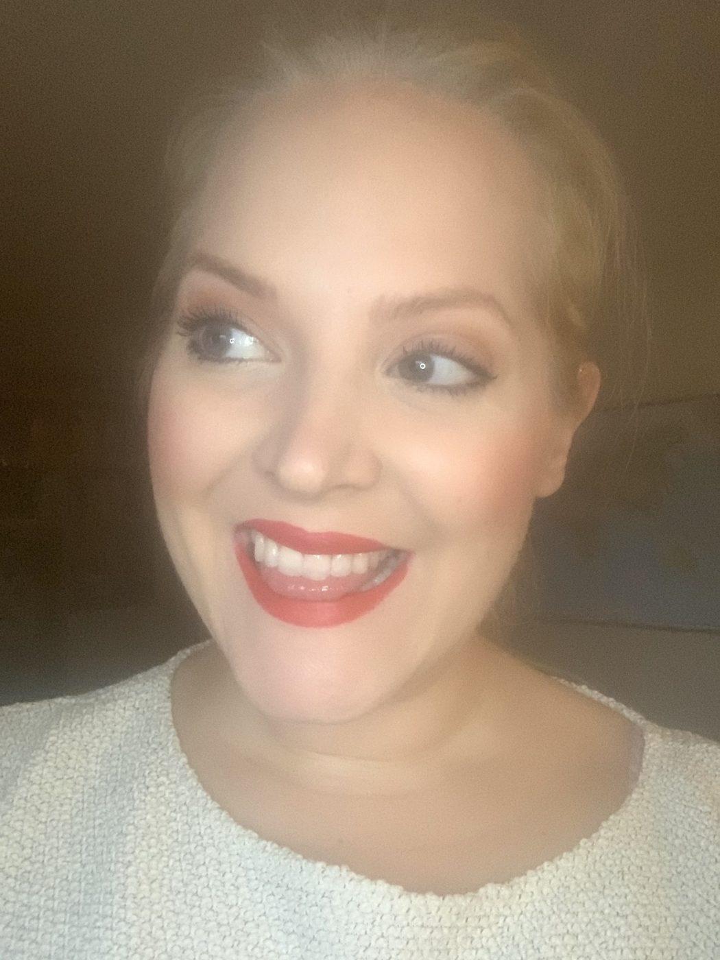 Elin Fagerberg i rött läppstift från Barbie X Pur