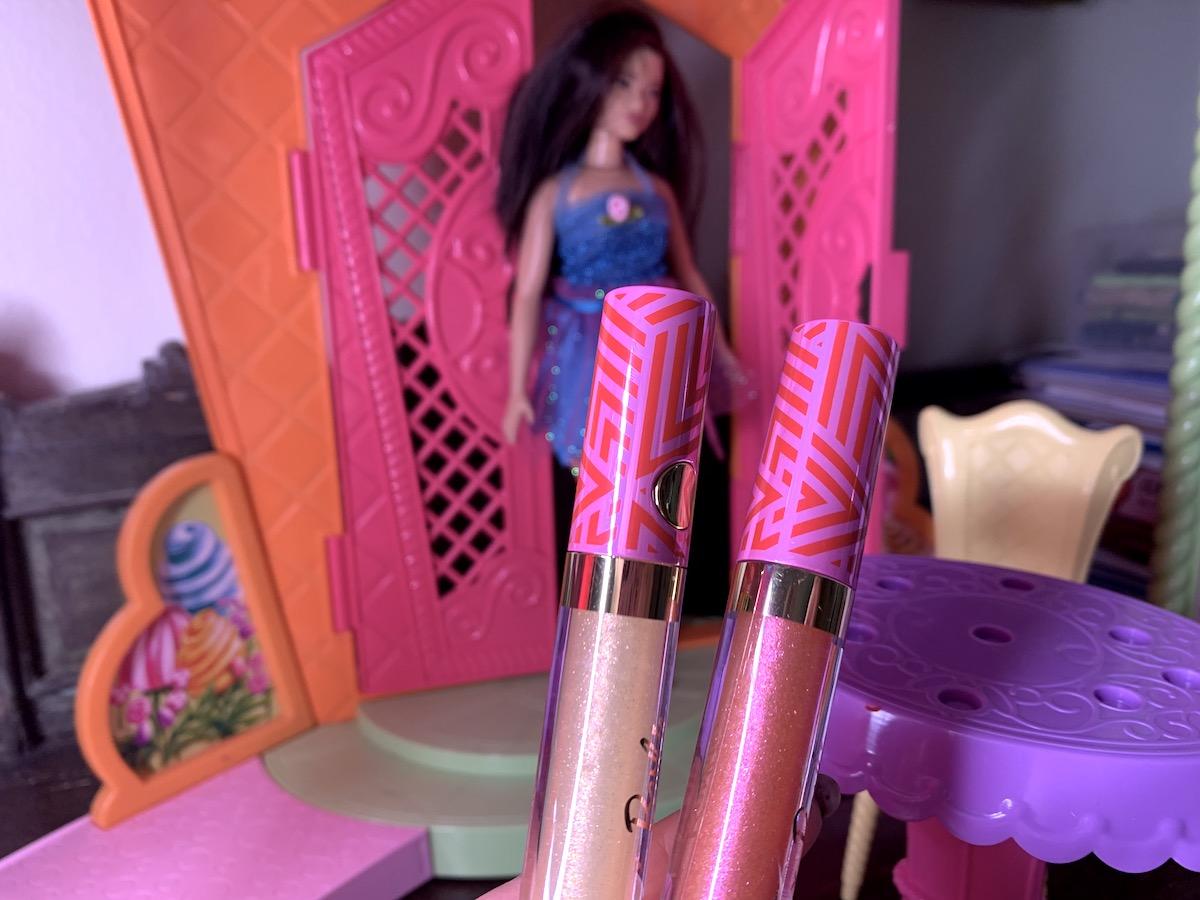 Två löppglans med Barbie i bakgrunden
