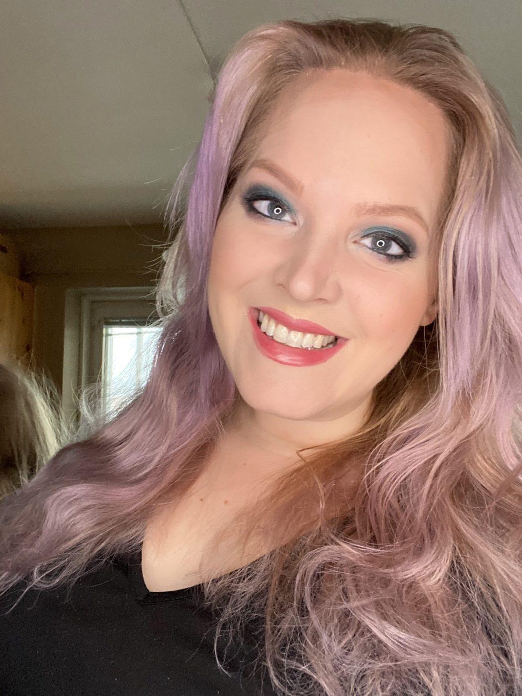 Elin Fagerberg i lila hår