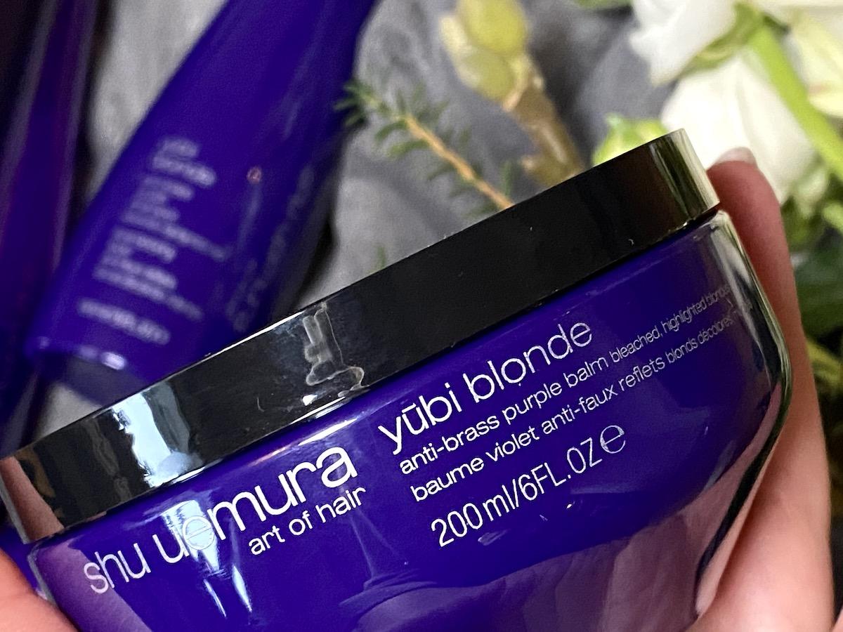 närbild på Yubi Blonde hårinpackning med silvereffekt