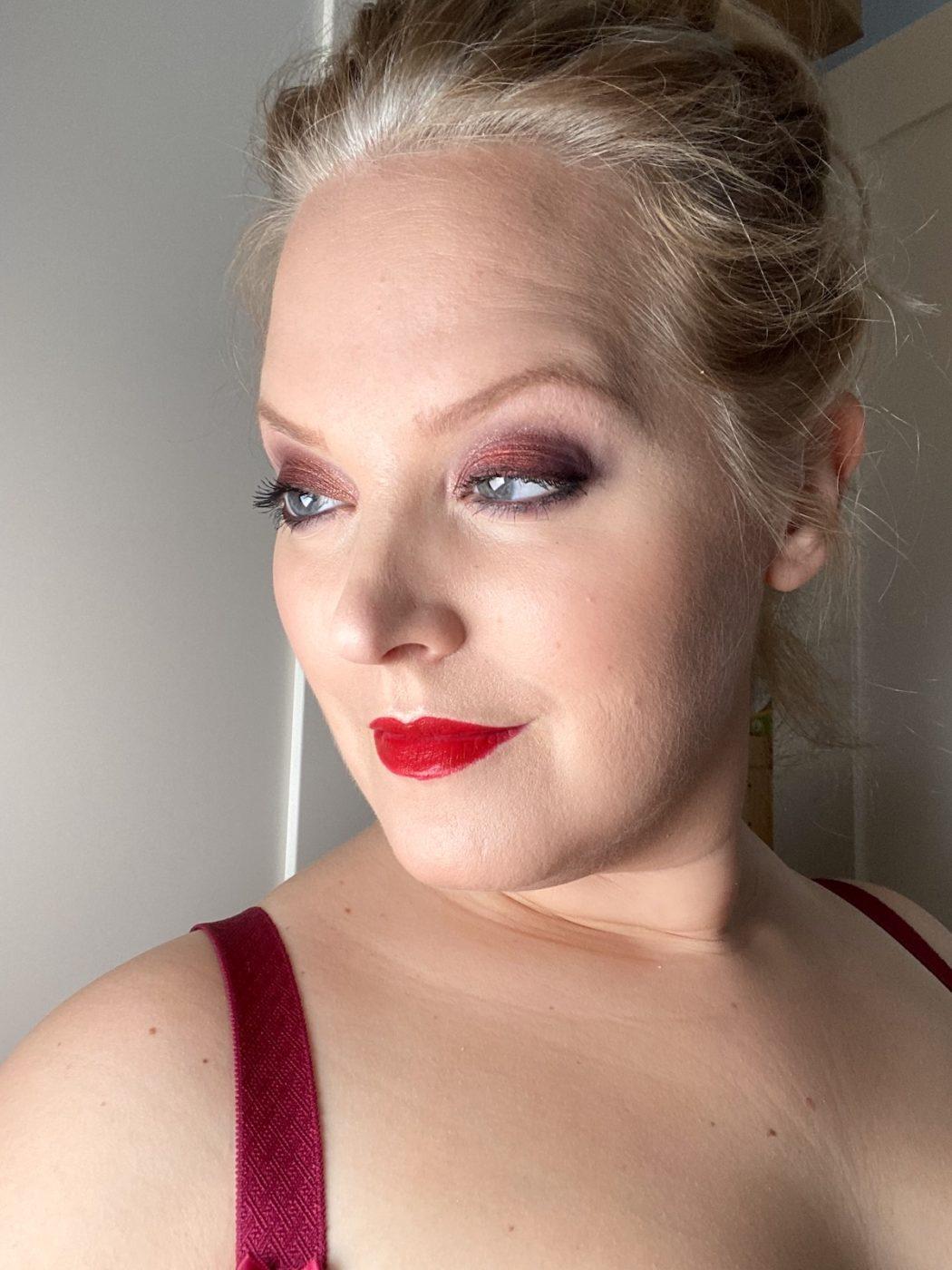 Elin Fagerberg i röd ögonskugga och röda läppar