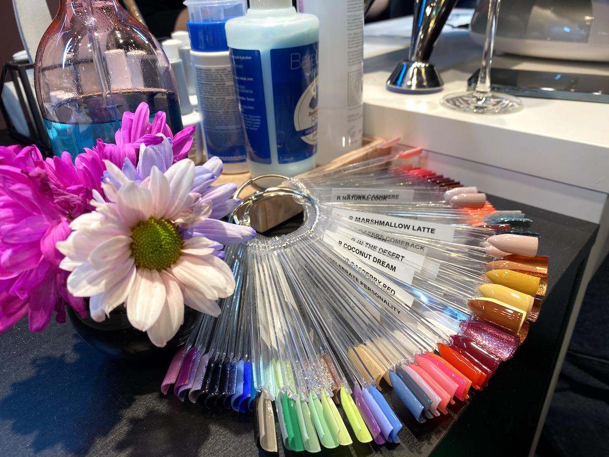 Nagellack i väldigt många färger.