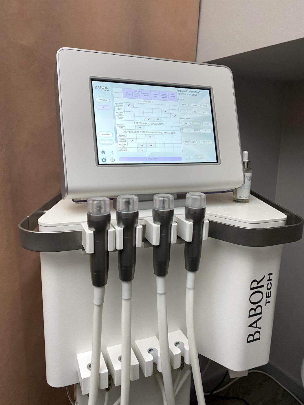 Skinfusor - apparat med fyra olika munstycken.