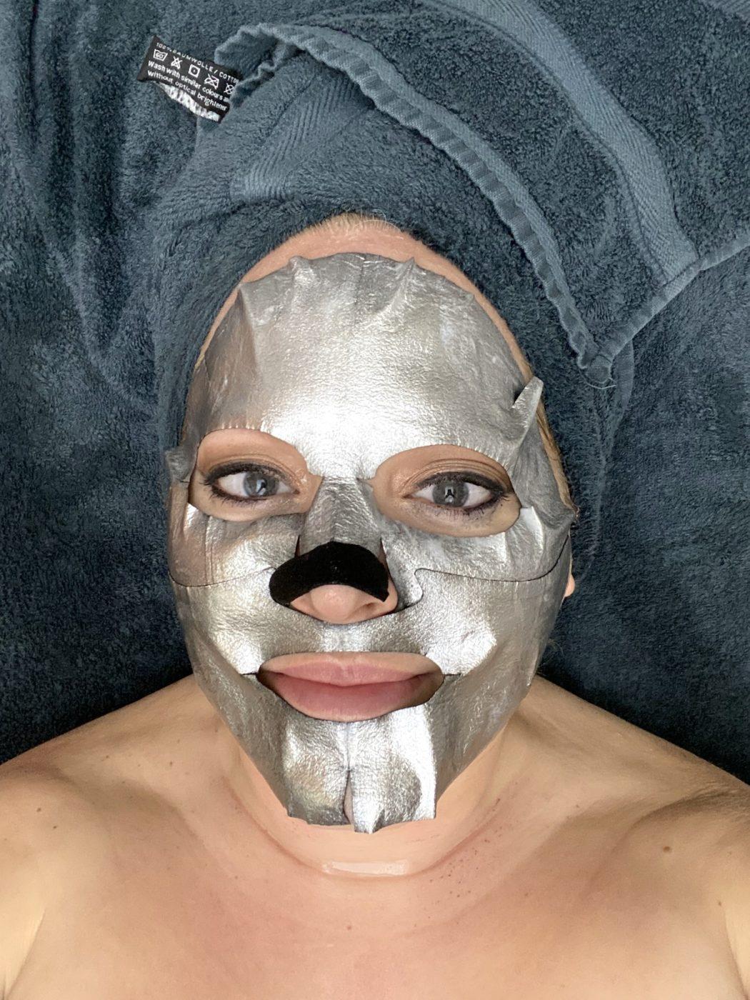 Elins ansikte i närbild med en silverfärgad ansiktsmask.