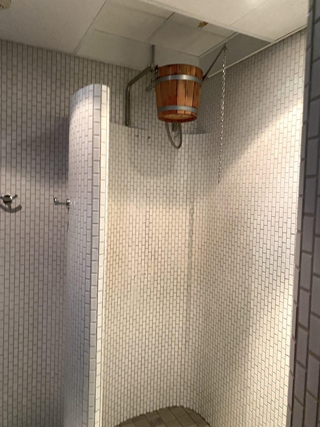 Dusch med hink över