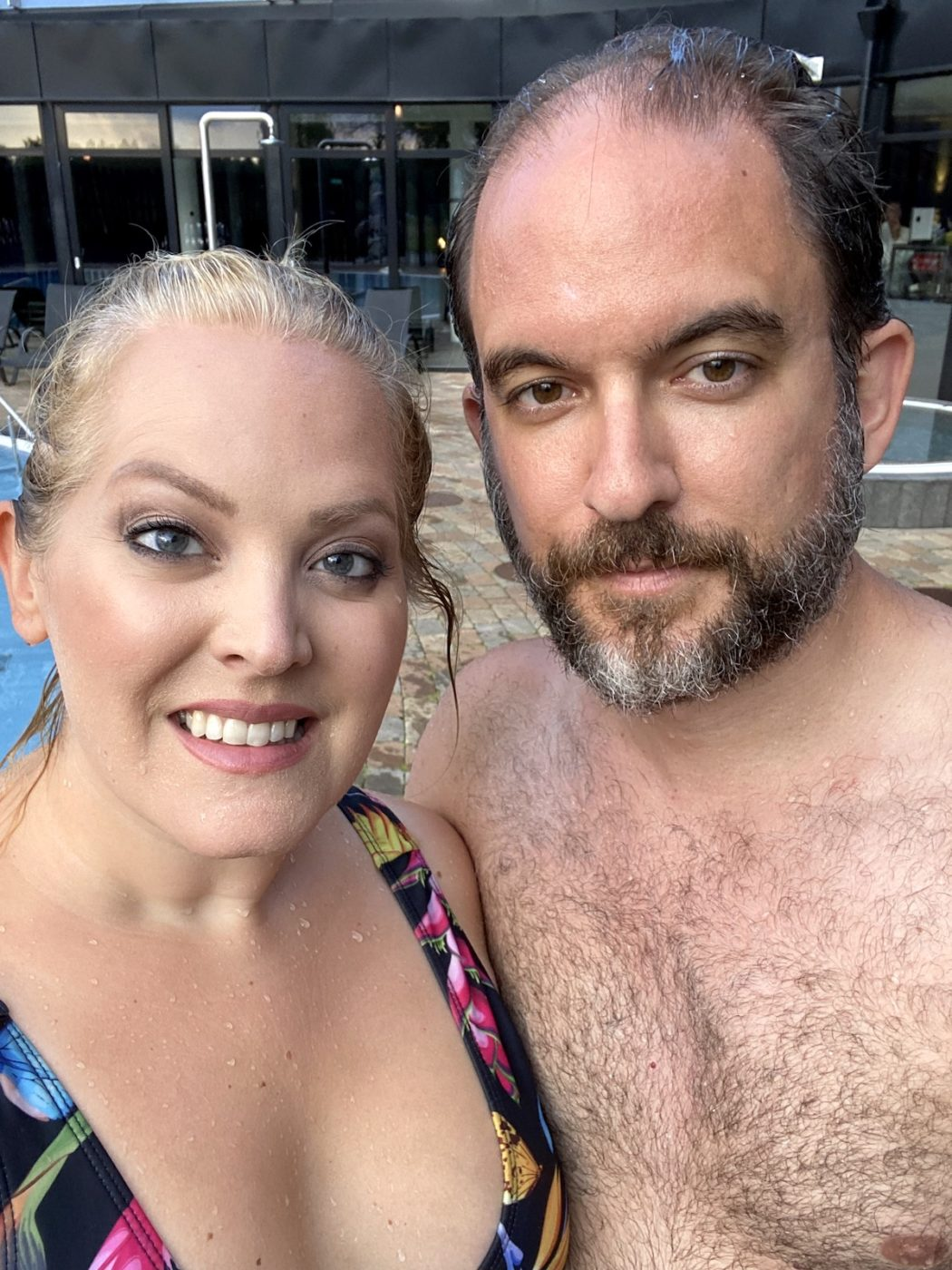 Elin och hennes man i närbild. Båda ler och har badkläder på sig.