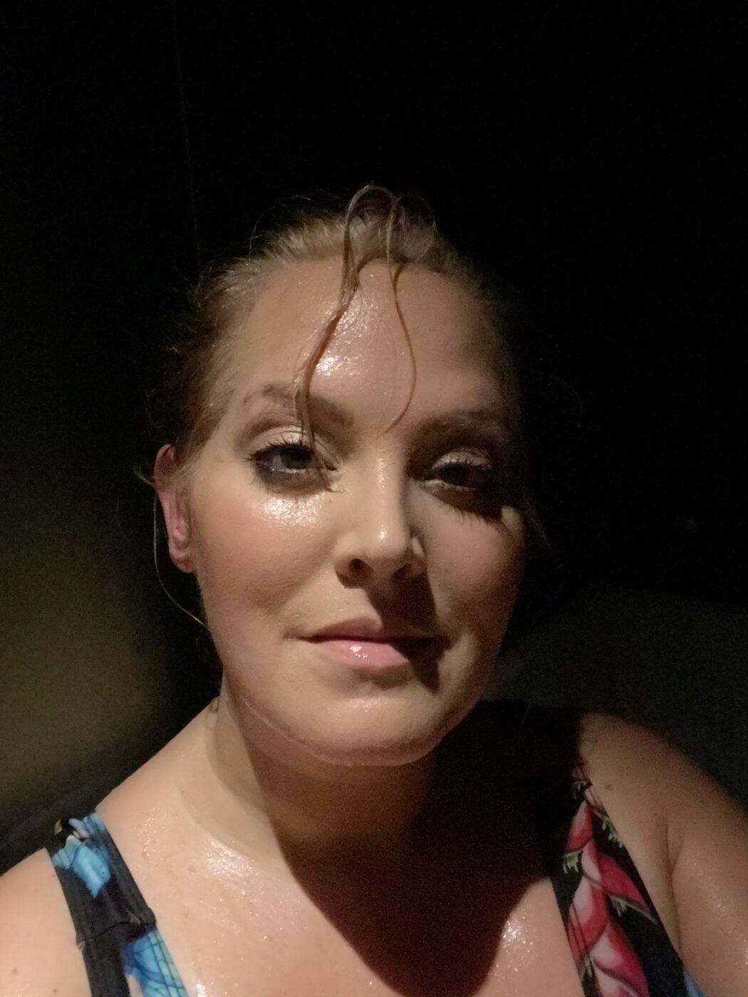 En närbild på Elin med fuktigt ansikte och en hårslinga framför ögonen. Hon ser avslappnad ut.