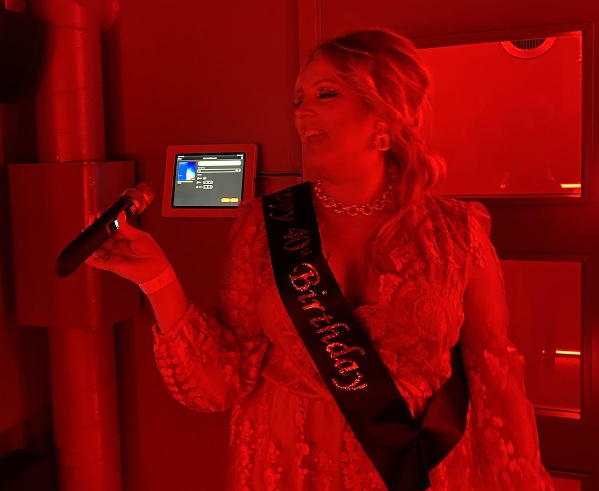 Elin Fagerberg syns sjunga i en mikrofon.