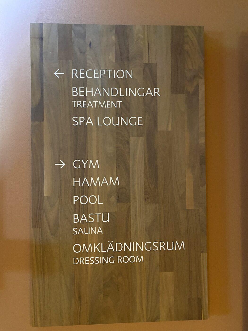 Bild på skylt från Sturebadet med behandlingar, spa lounge, gym, hamam, pool och bastu