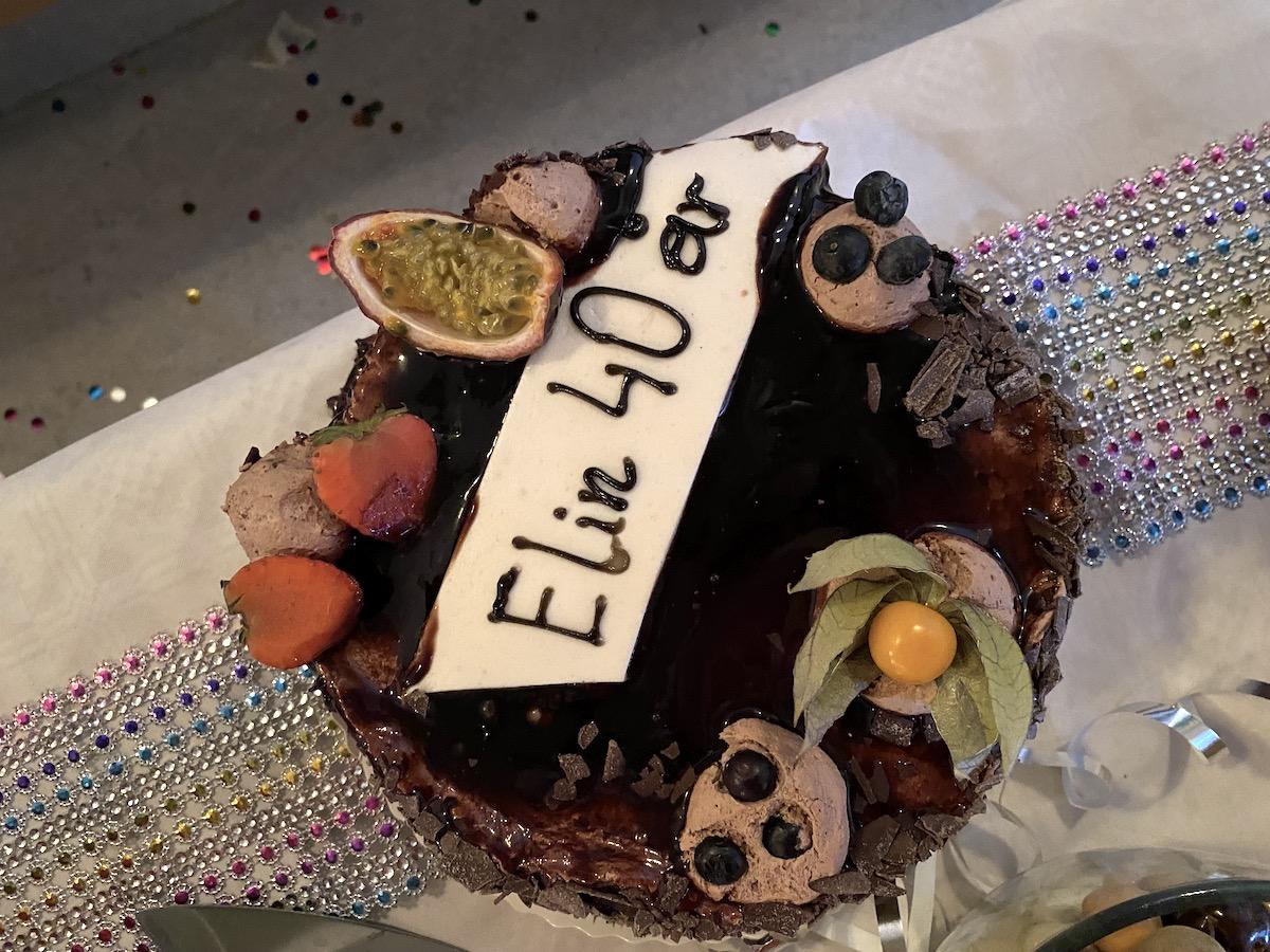 En tårta med bär och frukt på och texten Elin 40 år