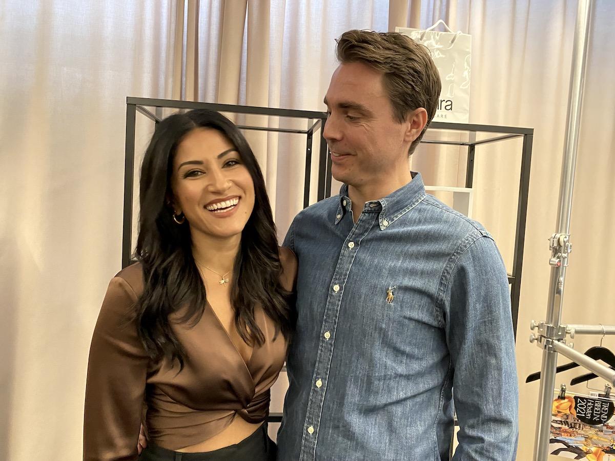 Nikki Amini och Niklas Twetman står och ser glada ut. Niklas tittar på Nikki. Vita gardiner syns i bakgrunden.